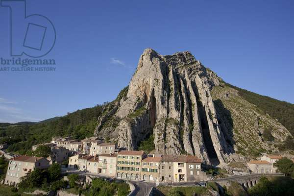 View of the Old Town under the Baume Ridge, Sisteron, France (photo)
