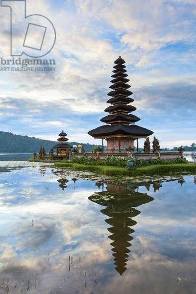 Pura Ulun Danu temple on Bratan lake, Bali, Indonesia (photo)