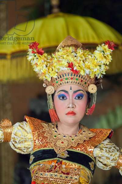 Legong trance and paradise dance performed by Panca Arta troupe, Ubud palace, Bali, Indonesia