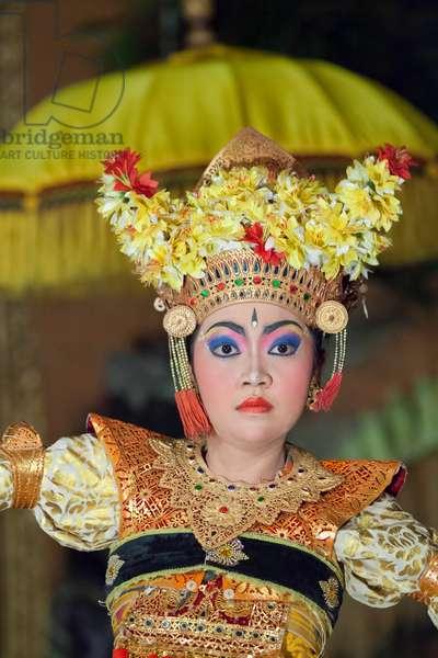 Legong trance and paradise dance performed by Panca Arta troupe, Ubud palace, Bali, Indonesia