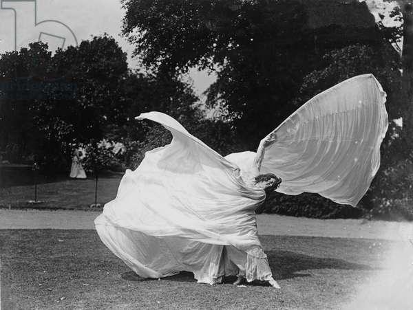 Loie Fuller dancing, c.1900 (b/w photo)