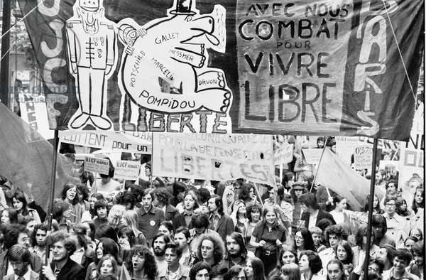 """Social movements of May 68: Youth demonstration in Paris. On the banner: """"With us fight to live free"""""""". Photograph of 1968."""