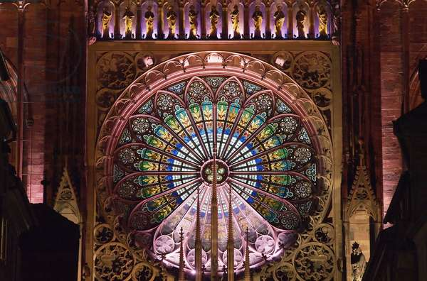 View of the rose window at night (photo)