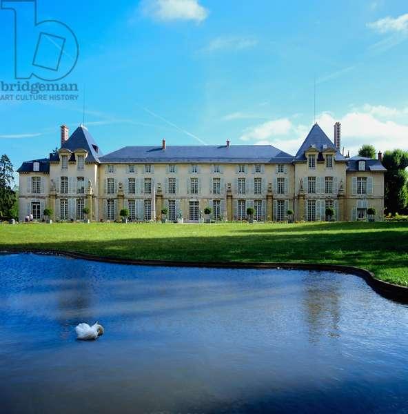 Pond and garden facade of the Chateau de Malmaison (photo)
