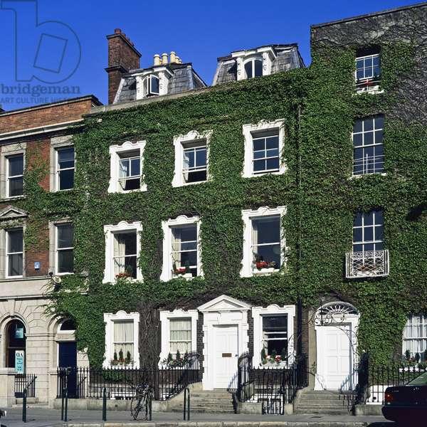 Georgian ivy-covered buildings, St Stephen's Green, Dublin (photo)