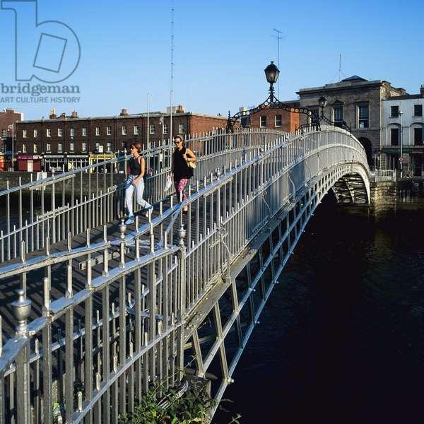 Two Women on Half Penny Footbridge, Dublin (photo)