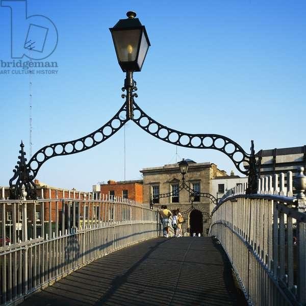 People on Half Penny Footbridge, Dublin (photo)