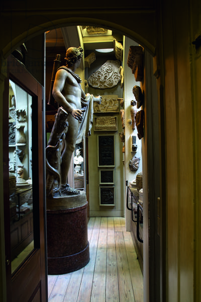 The Apollo Recess looking north, with a plaster cast of the Apollo Belvedere, Sir John Soane's Museum, London (photo)