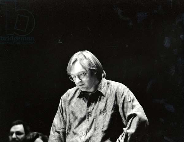 Martin Brabbins  conducting