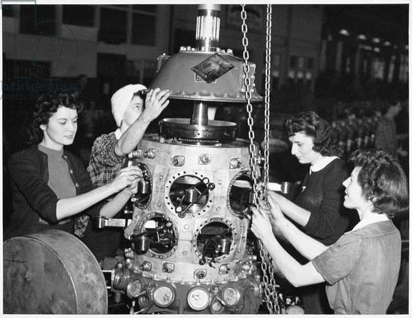 Female workers rebuilding aircraft engines, c.1943 (b/w photo)