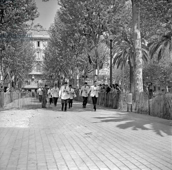 Cannes film festival, 1956 : race of waiters at the Grand Hotel (b/w photo)
