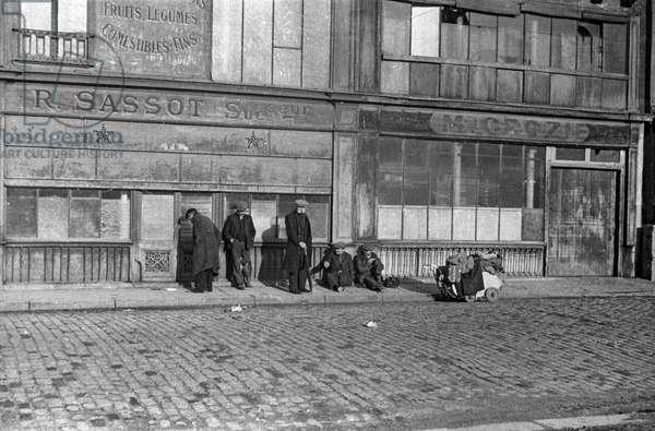 Street scene in Paris, 50's : tramps (b/w photo)