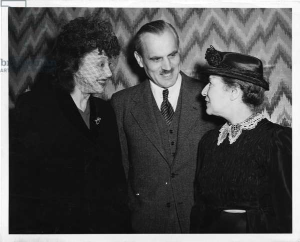 Lise Meitner meeting with Arthur H. Compton and Katherine Cornell, 1946 (b/w photo)