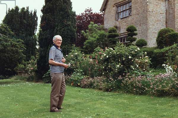 Sidney Nolan in the garden, The Rodd, June 1992 (photo)