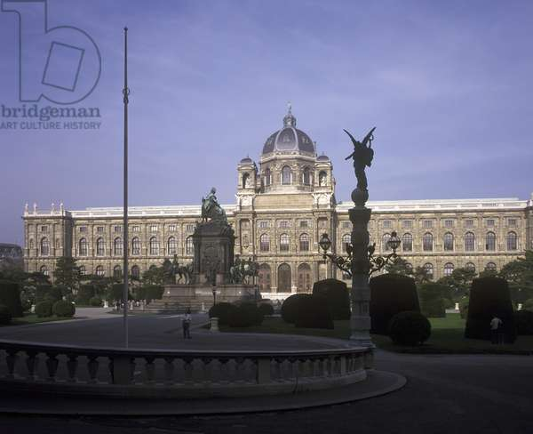 Museum of Natural History with the statue of Marie Theresa (photo)