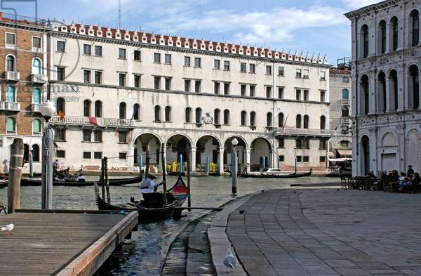 The Fondaco dei Tedeschi at the Rialto, reconstructed after the fire of 1505 by Giorgio Spavento (d.1509) and completed by Scarpagnino (c.1465-1549) from the designs of Girolamo Tedesco (photo)