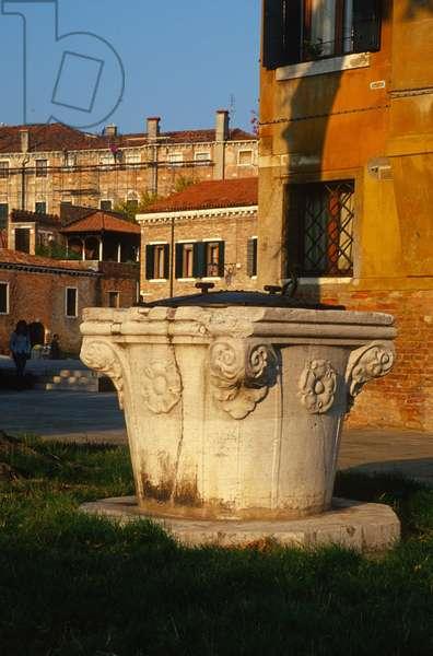 Wellhead, Campo San Trovaso (stone)
