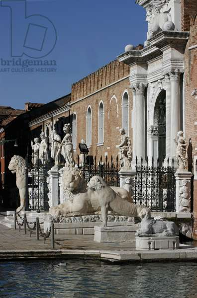 Sculpture and lions outside the Porta dell'Arsenale (photo)