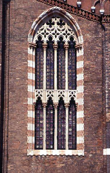 Gothic traceried window from the church facade (photo)