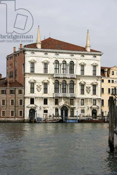 Facade of the Palazzo Balbi (photo)