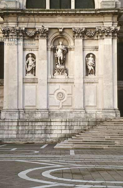 View of the niche sculptures from the facade of the church, built in 1631-81 (photo)