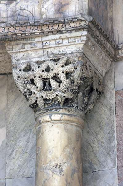 Impost capital with vine leaves and on grapes (photo)