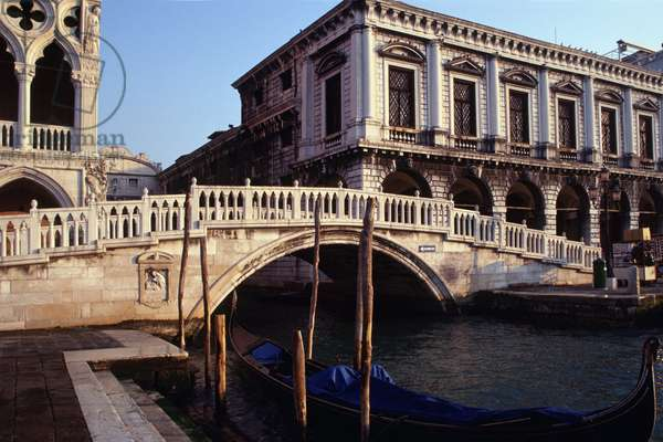 Ponte della Paglia, with the prison to the right and the Ducal Palace to the left (photo)