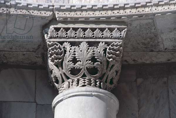 Capital carved with acanthus leaves, from the north-west porch of the Basilica of San Marco, Venice, Italy (photo)