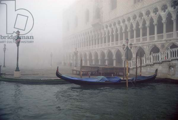 A gondola in front of the Palazzo Ducale in a dawn fog (photo)