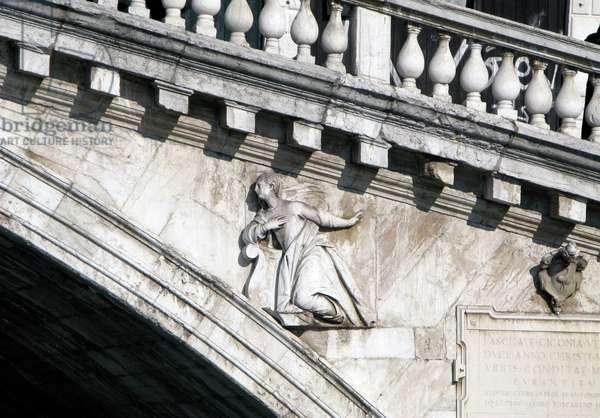 Relief sculpture of Madonna: The Virgin Annunciate on the Rialto Bridge, Venice (photo)