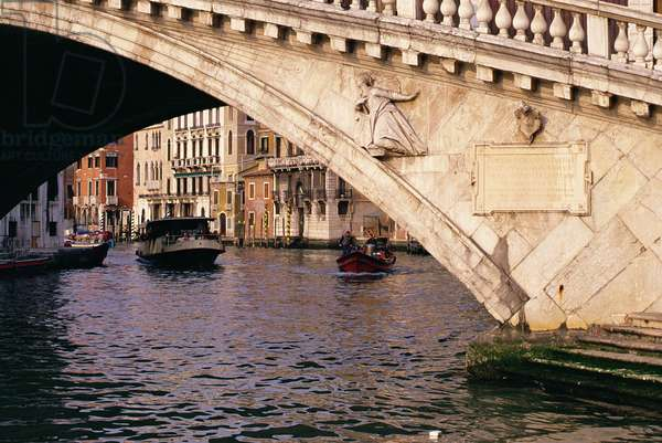 Virgin Mary, on the south side of the Ponte di Rialto, sculpted by Agostino Rubini (c.1558-c.94) and built by Antonio da Ponte, 1588-91 (photo) (see 144658)