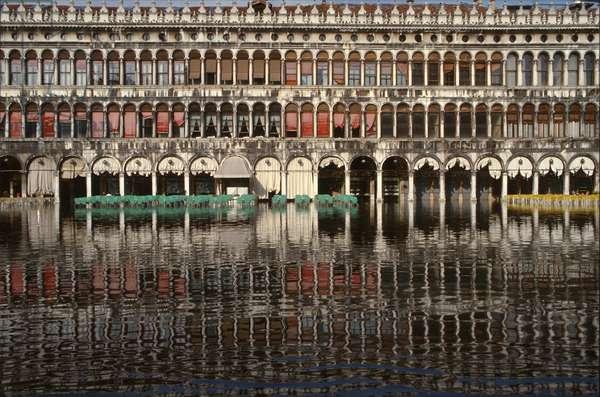 The Procuratie Vecchie in high water, Venice (photo)