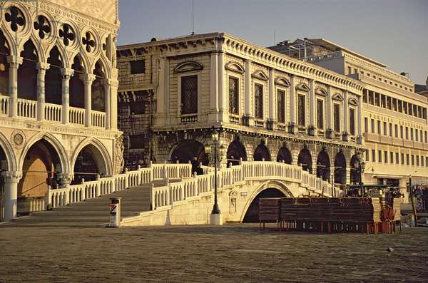 Ponte della Paglia with the Palazzo Ducale and the Prison behind (photo)