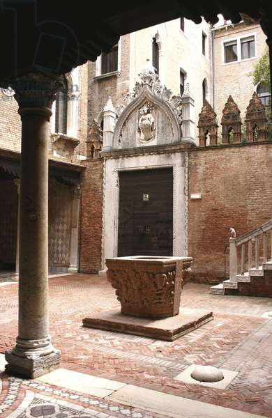 Courtyard of Ca'd'Oro palace (photo)