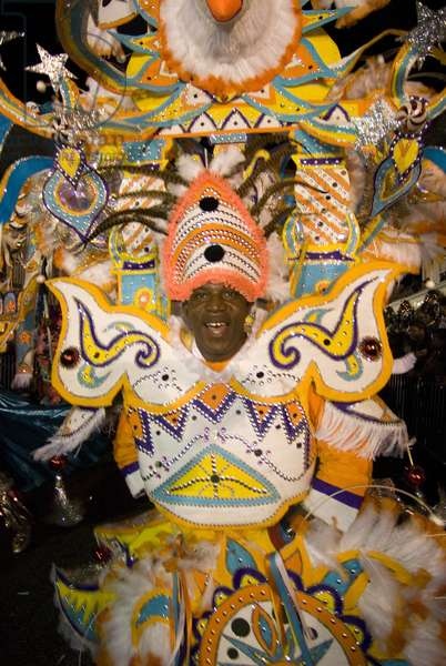 Carnaval del Junkanoo. Bay Street, Nassau, New Providence Island, Bahamas, Caribbean. New Year's Day Parade. Boxing Day. Costumed dancers celebrate the New Year with the Junkanoo Parade on January 1, 2019 (photo)