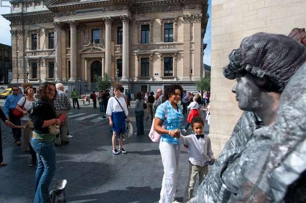 Living statues in historical center of Brussels (photo)