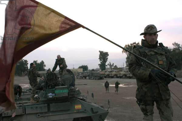 Spanish troops patrol the streets of Diwaniyah, Iraq  (photo)
