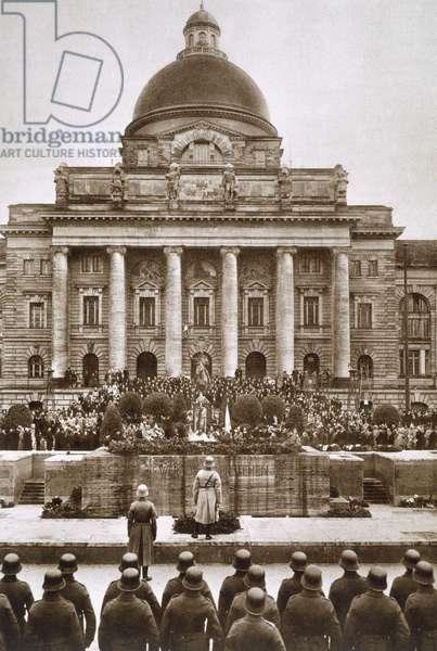 Ceremony honouring the German war dead of WWI before the Army Museum in Munich, 1920s, from 'Deutsche Gedenkhalle: Das Neue Deutschland' compiled by General Von Eisenhart Rothe, 1939 (photogravure)