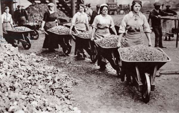 Women at work during the Great War (b/w photo)