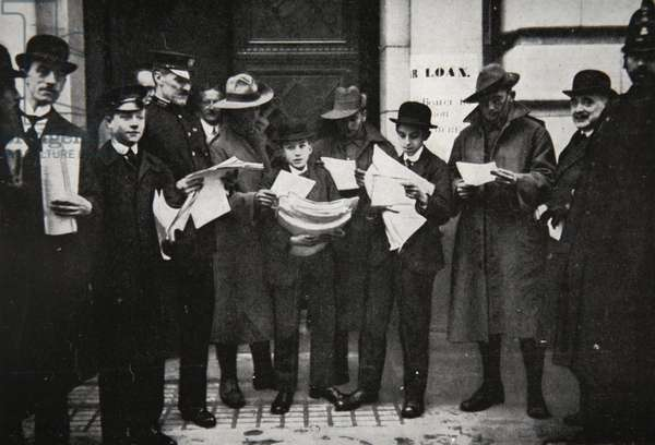 War Loans: early applicants with prospectuses, illustration from 'The Illustrated War News', January 1917 (b/w photo)