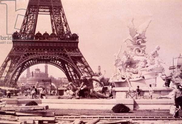 Men building the Fountain St. Vidal near the Eiffel Tower, c.1888 (photo)