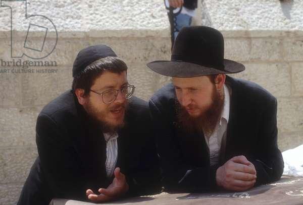 Two American Jews talking at the Wailing Wall (photo)