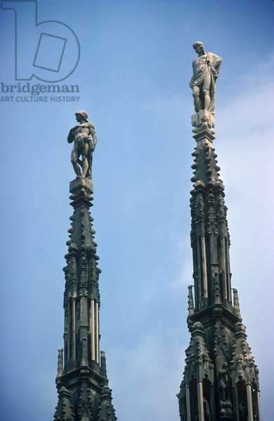 Small spires with statues on the roof of the cathedral (photo)
