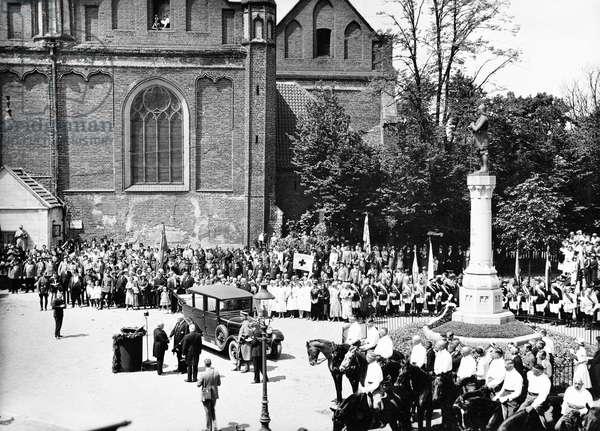 Visit of President von Hindenburg with his son Oskar von Hindenburg, in front of him mayor Bernhard Pawelcik, Malbork, West Prussia, probably 14th June 1931 (b/w photo)