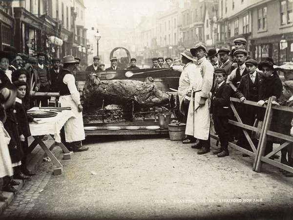 'Roasting the Ox', Stratford-upon-Avon Mop Fair, c.1914 (b/w photo)