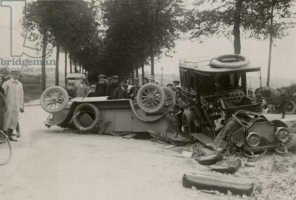 Car crash (b/w photo)