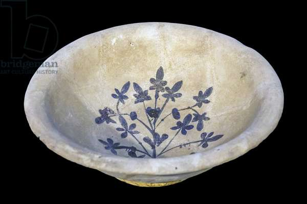 Cup with a blue bouquet. Iraq, late 8th-9th century. Clay ceramic painted on glaze. Louvre Museum