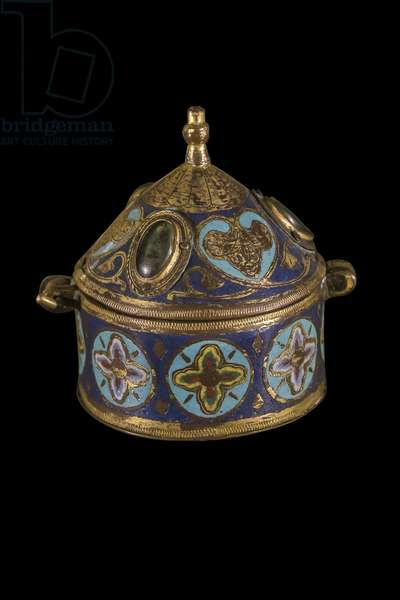 Custode or pyxide. Gimel-les-Cascades. Artwork by Limoges. 13th century. Champleve copper, enamel and gold. Classee Historical Monument on 25/06/1891. This object was intended to contain the consecrated hosts