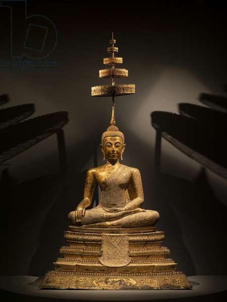 Maravijaya Buddha. Thailand. Art of Ratanakosin, 19th century. Bronze lacquer, golden and incrusted with glassware.