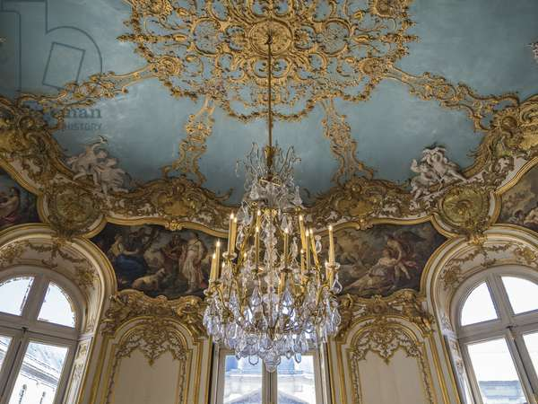 The glass and crystal chandelier of the Princess's Oval Salon, architect Germain Boffrand (1667-1754), 1737. Hotel de Soubise, Paris, 18th century